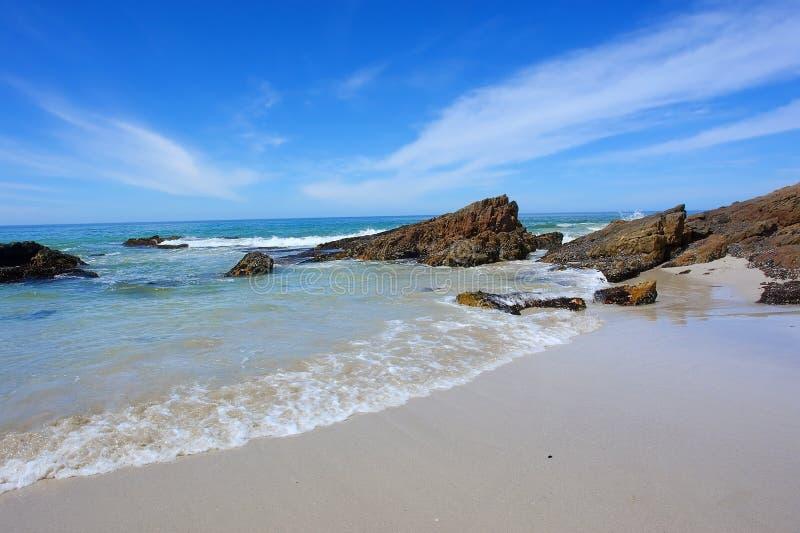 Corridas de la onda en la playa foto de archivo libre de regalías
