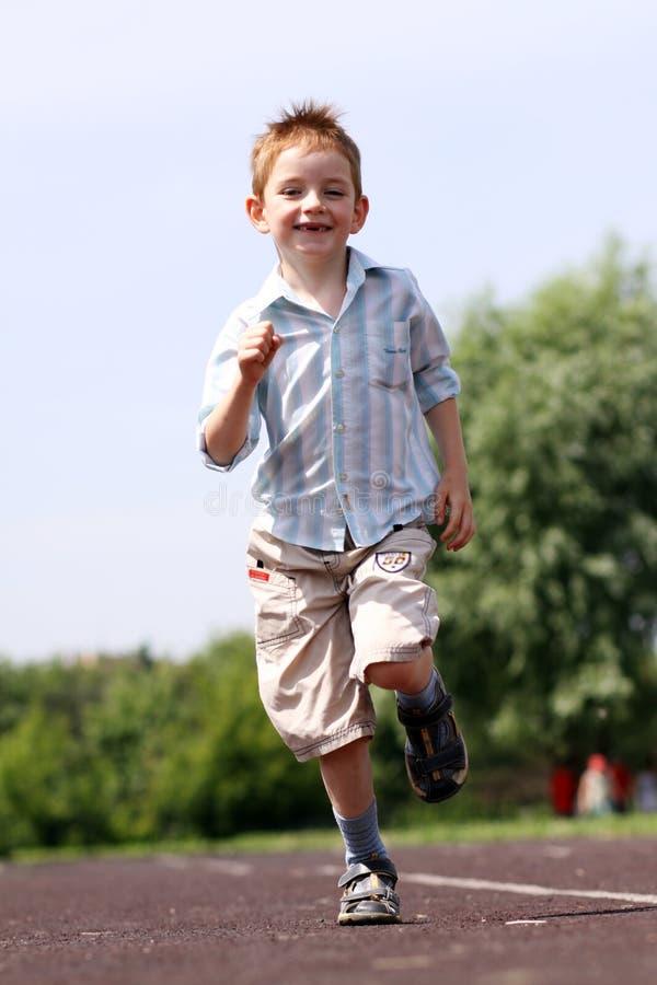 Corridas del muchacho en un parque del verano imágenes de archivo libres de regalías
