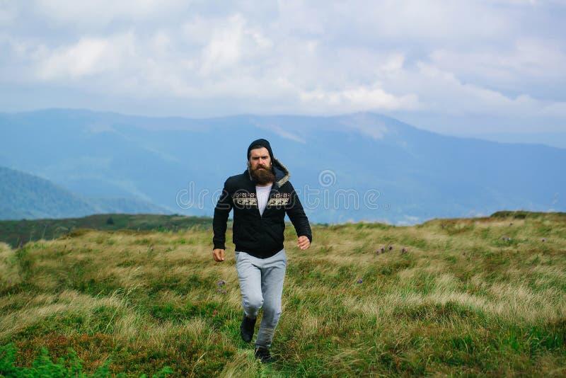 Corridas do homem na parte superior da montanha foto de stock royalty free