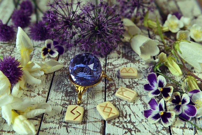 Corridas e cristais com flores no altar das bruxas fotos de stock royalty free