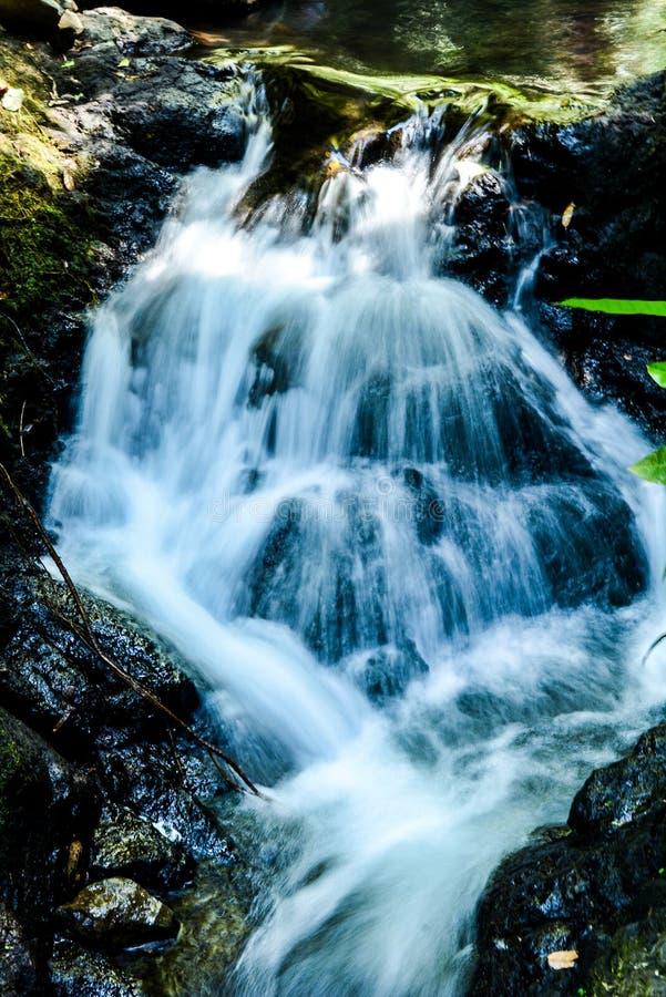 Corridas lisas da queda da água em pedras fotografia de stock royalty free