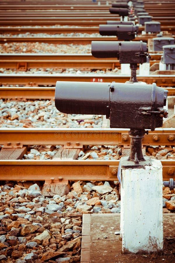 Corridas rápidas do trem em trilhas fotografia de stock