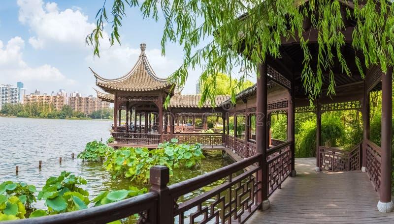 Corridoi tradizionali cinesi nel lago immagine stock libera da diritti