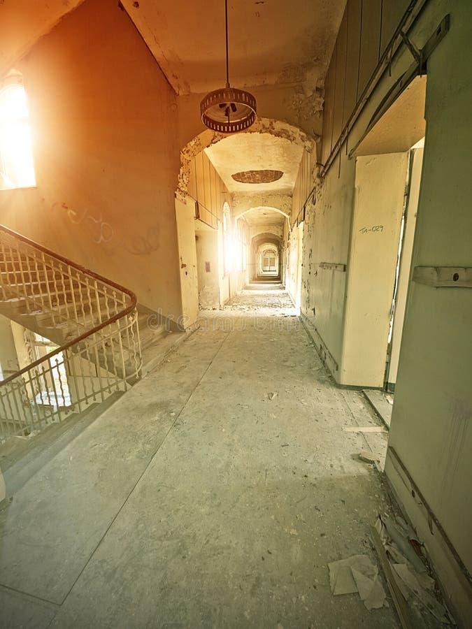 Corridoio abbandonato dell'ospedale fotografie stock