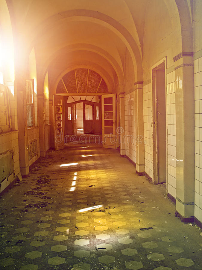 Corridoio abbandonato dell'ospedale immagini stock
