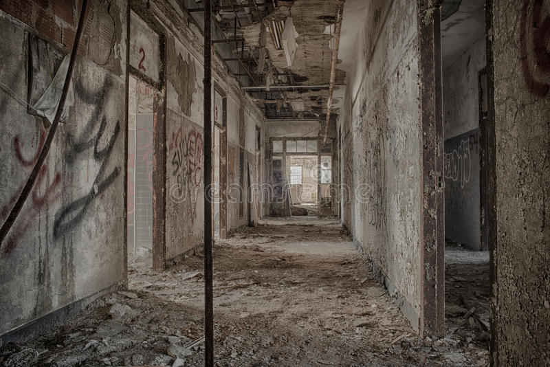 Corridoio abbandonato nel centro psichiatrico immagini stock libere da diritti