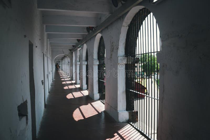 corridoio abbandonato in vecchia prigione fotografia stock