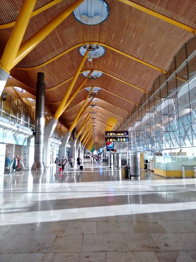 Corridoio all'aeroporto di Adolfo Suarez a Madrid Spagna fotografie stock