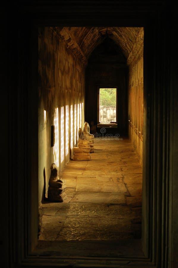 Corridoio in Angkor Wat, Cambogia fotografie stock libere da diritti