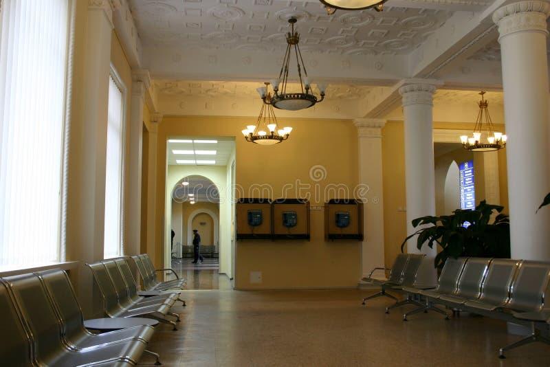 Corridoio attendente nell'aeroporto fotografie stock libere da diritti