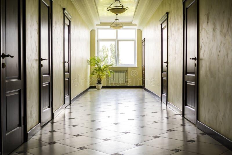 Corridoio bianco con il pavimento di marmo le porte - Maniglia finestra gira a vuoto ...