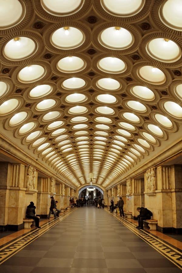 Corridoio centrale della stazione della metropolitana di Elektrozavodskaya a Mosca fotografia stock libera da diritti