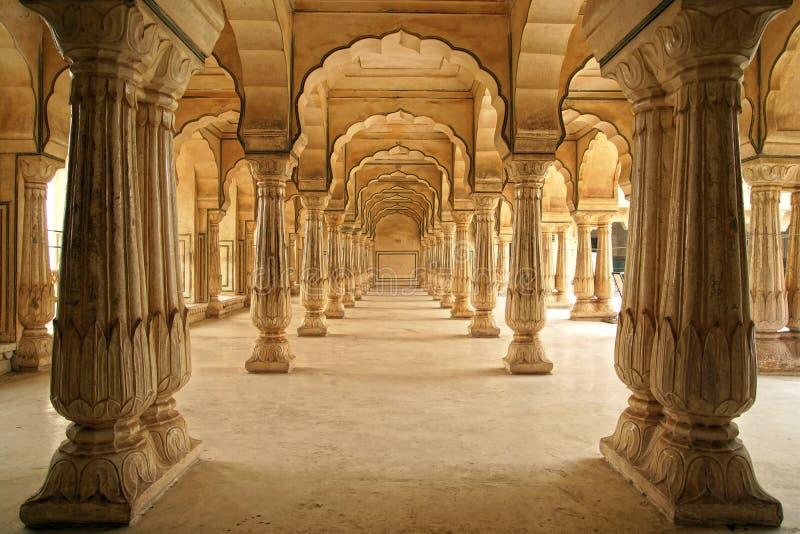 Corridoio Columned della fortificazione ambrata. Jaipur, India immagini stock