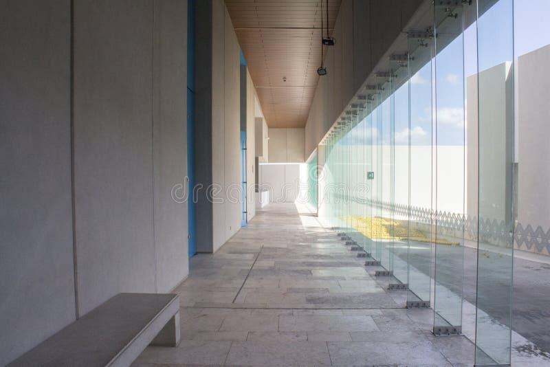 Corridoio con la parete di vetro immagine stock