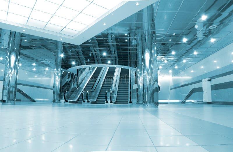 Corridoio con le scale mobili fotografie stock libere da diritti