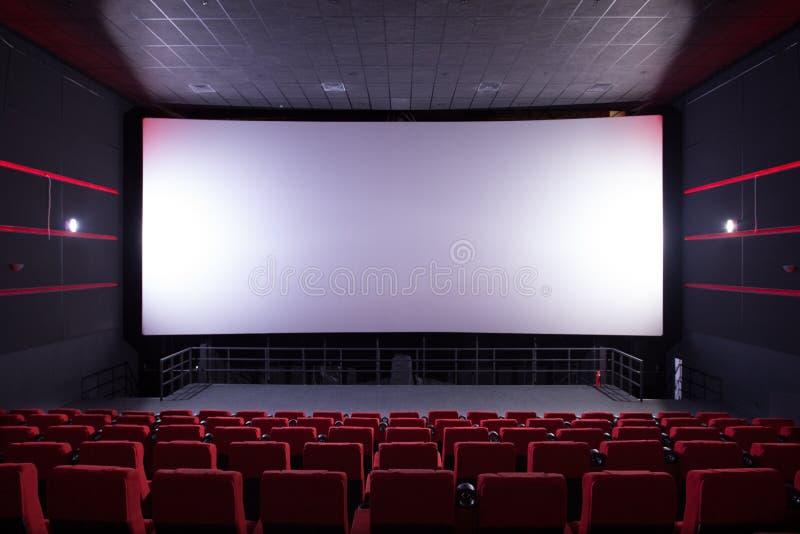 Corridoio del cinema con le sedie rosse fotografie stock