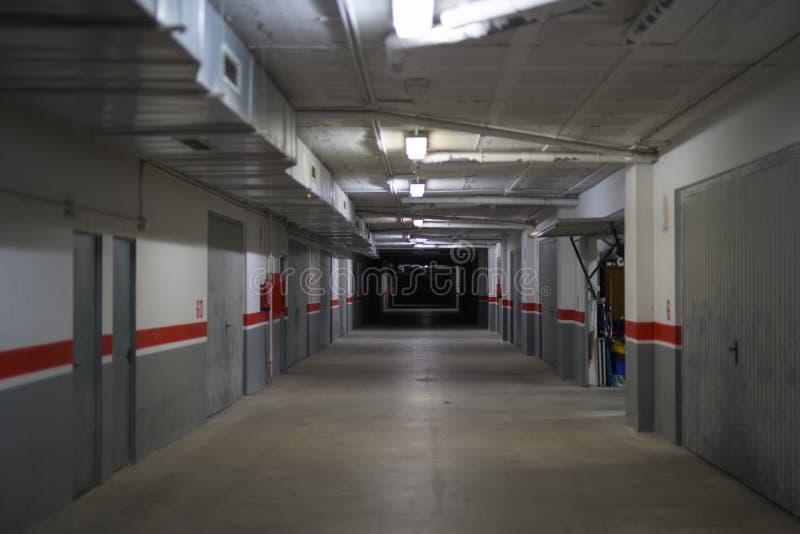 Corridoio del magazzino e del parcheggio di stoccaggio sotterranei immagine stock libera da diritti