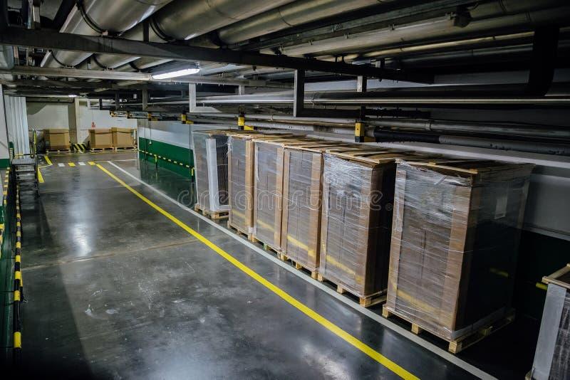 Corridoio del magazzino Merci nell'imballaggio del polietilene e del cartone fotografie stock libere da diritti