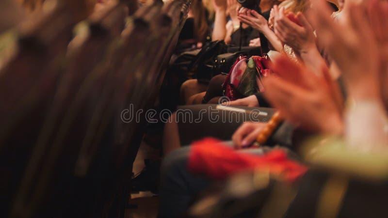 Corridoio del teatro - gli spettatori sta applaudendo la prestazione in scena immagine stock libera da diritti