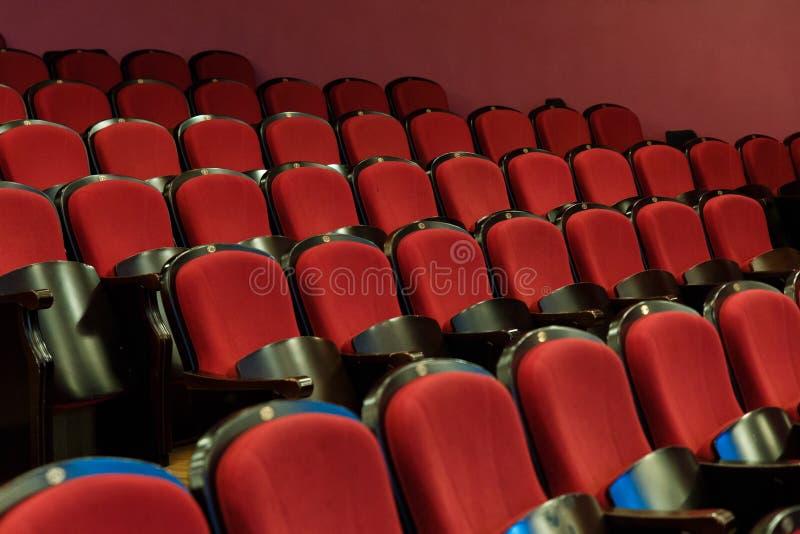 Corridoio del teatro per gli ospiti con le belle sedie delle sedie Borgogna-rosse del velluto prima della manifestazione fotografia stock libera da diritti