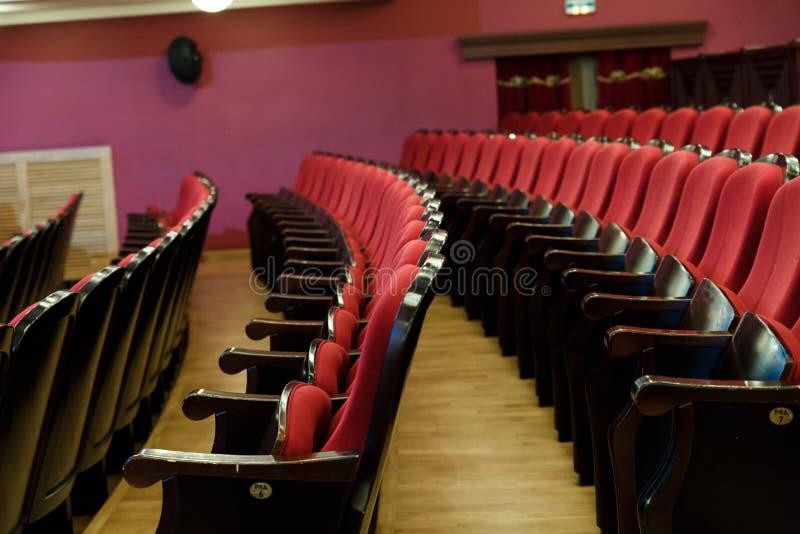 Corridoio del teatro per gli ospiti con le belle sedie delle sedie Borgogna-rosse del velluto prima della manifestazione fotografie stock libere da diritti