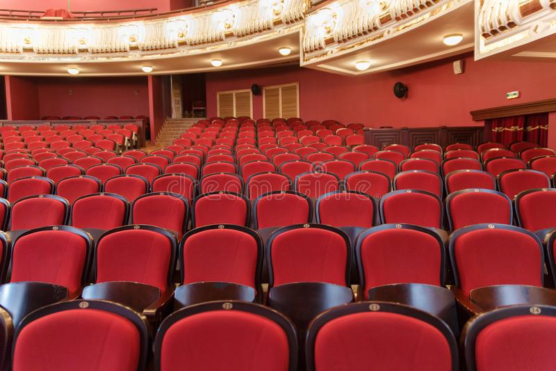 Corridoio del teatro per gli ospiti con le belle sedie delle sedie Borgogna-rosse del velluto prima della manifestazione immagine stock libera da diritti