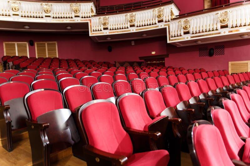 Corridoio del teatro per gli ospiti con le belle sedie delle sedie Borgogna-rosse del velluto prima della manifestazione immagini stock libere da diritti