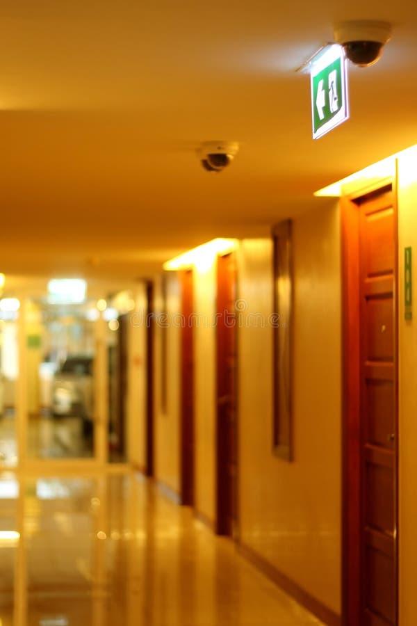 Corridoio della costruzione di appartamento alla luce gialla del tungsteno immagini stock libere da diritti