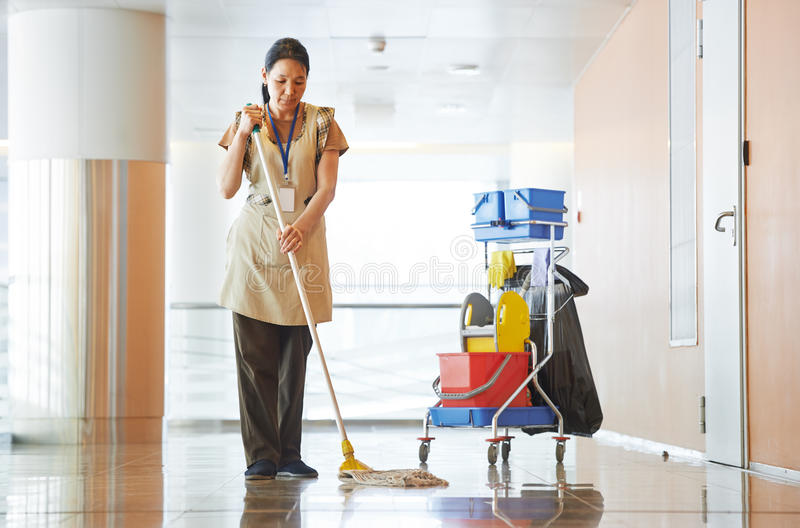 Corridoio della costruzione di pulizia della donna immagine stock libera da diritti