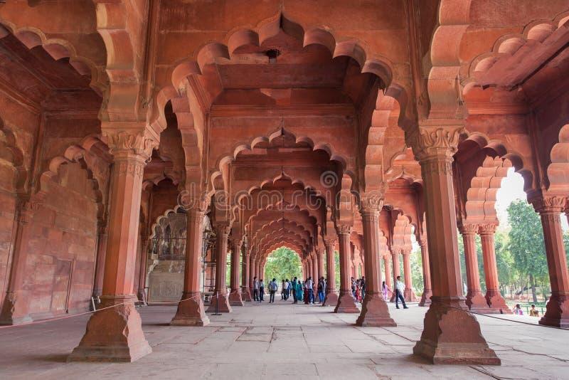 Corridoio della fortificazione pubblica del pubblico in rosso, Delhi, India fotografie stock