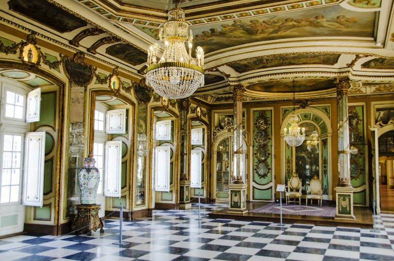 Corridoio di ambasciatori nel palazzo del cittadino del queluz immagini stock