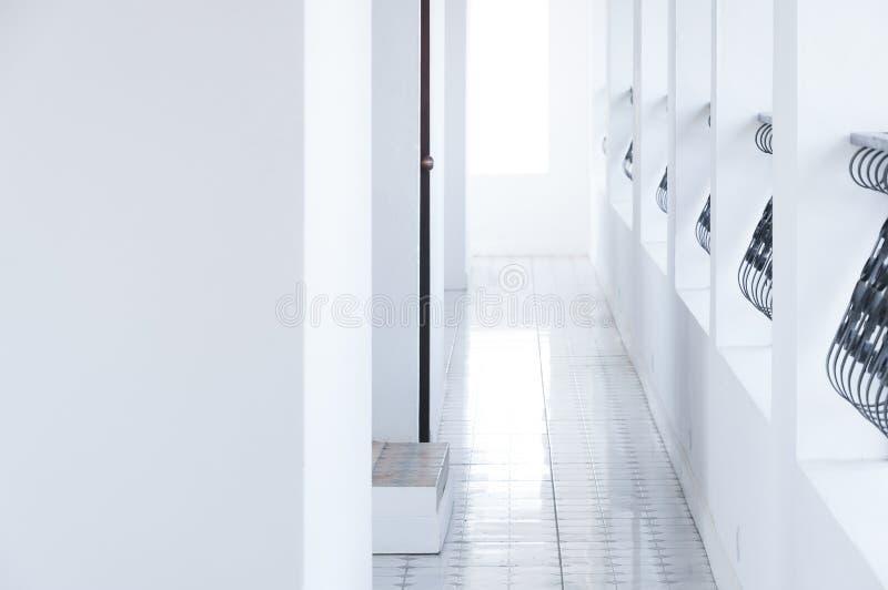 Corridoio di architettura, hotel bianco classico interno immagini stock