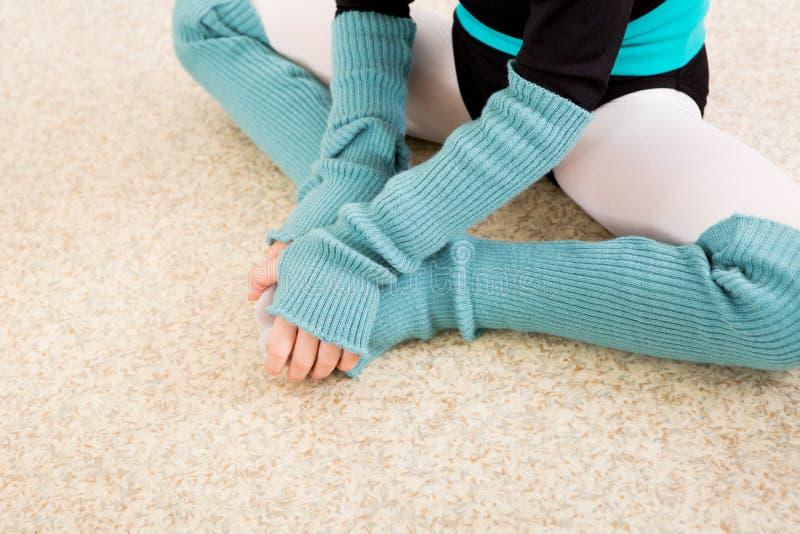 Corridoio di ballo di allenamento del ballerino della bambina fotografie stock libere da diritti