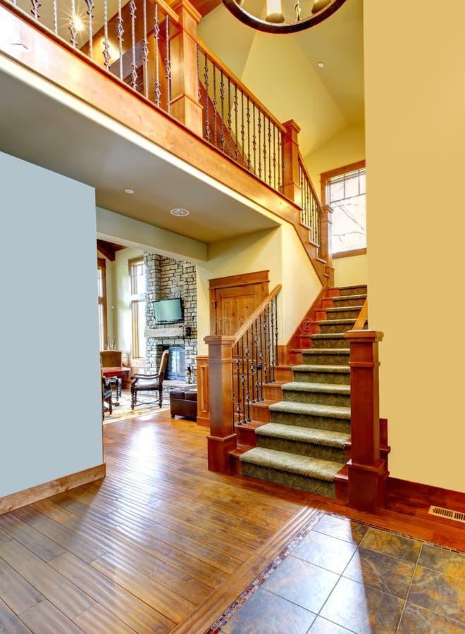 Corridoio di lusso della casa della montagna con la scala - Biancheria di lusso per la casa ...