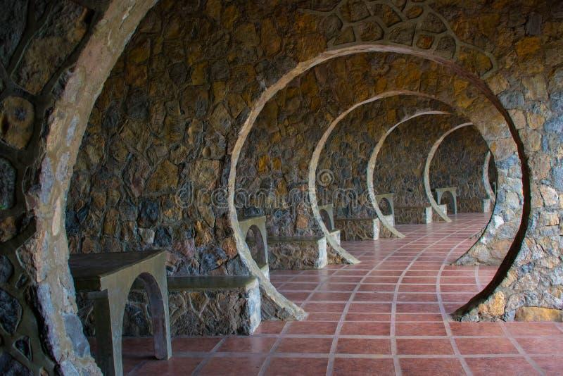 Corridoio di pietra infinito dell'arco su un cottage di Outddor fotografie stock