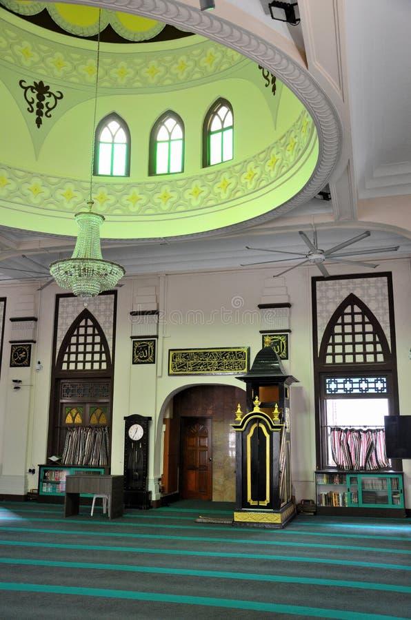 Corridoio di preghiera con la cupola circolare minbar e minareto di Hajjah Fatima Mosque Singapore immagini stock