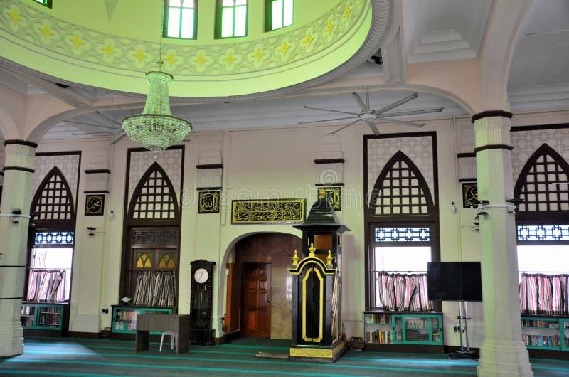Corridoio di preghiera con la cupola circolare minbar e minareto di Hajjah Fatima Mosque Singapore fotografia stock libera da diritti