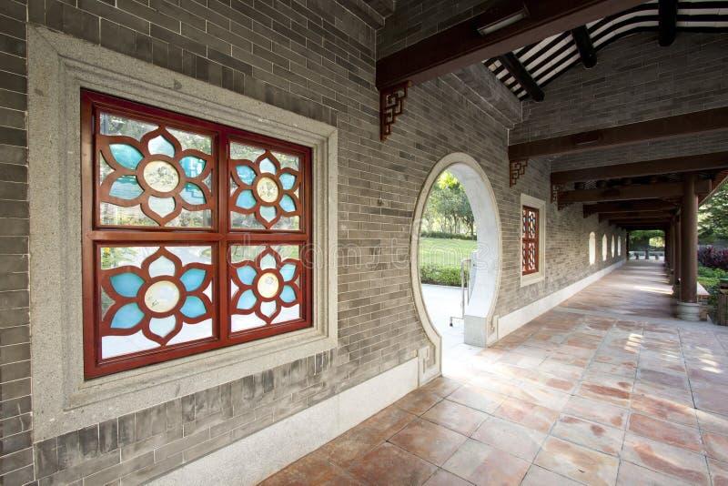 Corridoio di stile cinese in un giardino fotografia stock