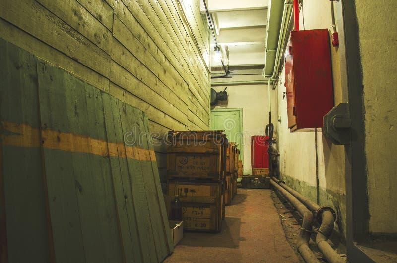 Corridoio di vecchio rifugio antiaereo fotografia stock
