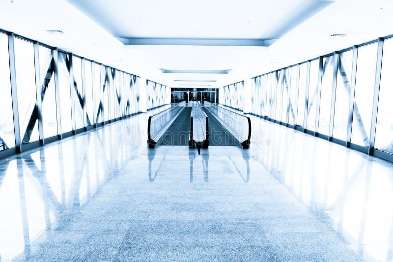Corridoio di vetro blu nel centro dell'ufficio fotografia stock libera da diritti