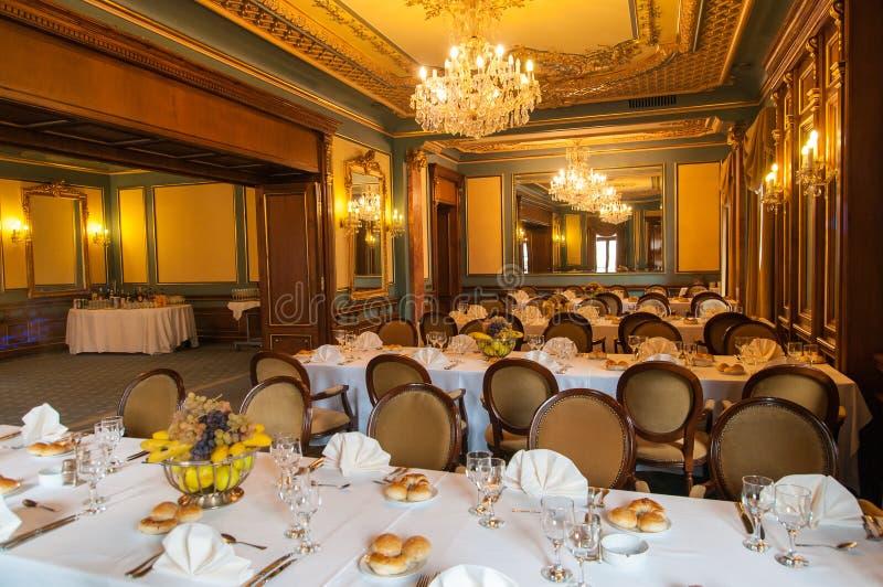 Corridoio elegante di ricevimento nuziale pronto per gli ospiti immagine stock