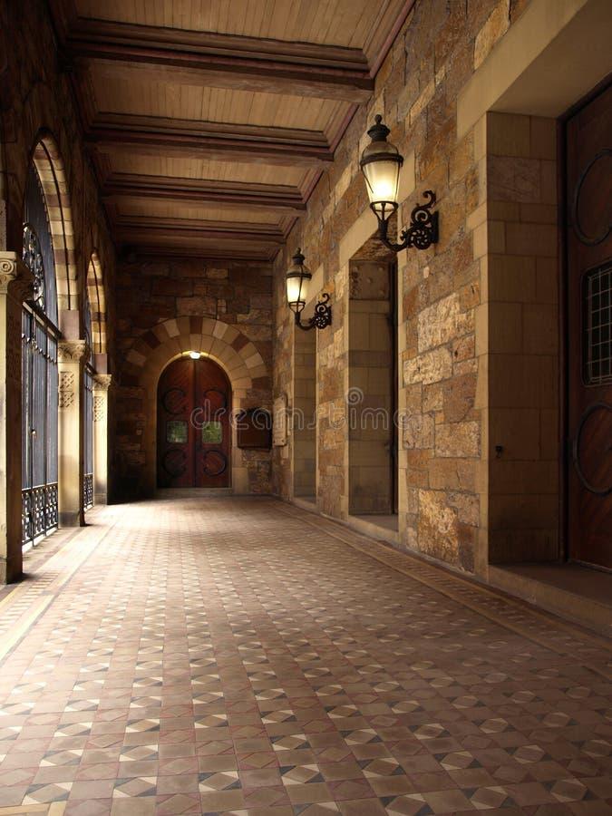Corridoio esterno della chiesa storica immagine stock libera da diritti
