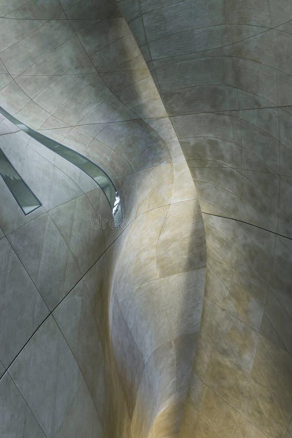 Corridoio futuristico in museo di storia degli ebrei polacchi a Varsavia fotografia stock libera da diritti
