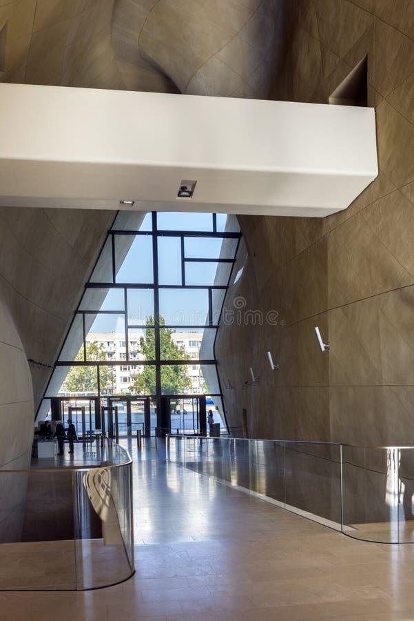 Corridoio futuristico in museo di storia degli ebrei polacchi a Varsavia immagini stock