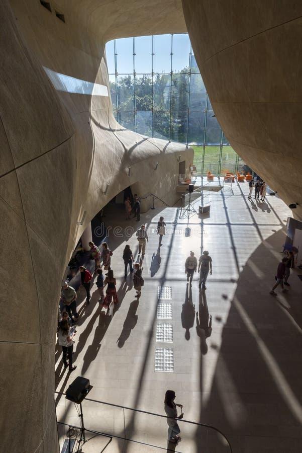 Corridoio futuristico in museo di storia degli ebrei polacchi a Varsavia fotografia stock