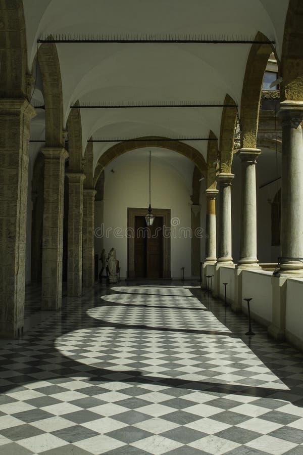 Corridoio interessante e storico con le colonne e gli arché in un palazzo a Palermo in Sicilia fotografie stock libere da diritti