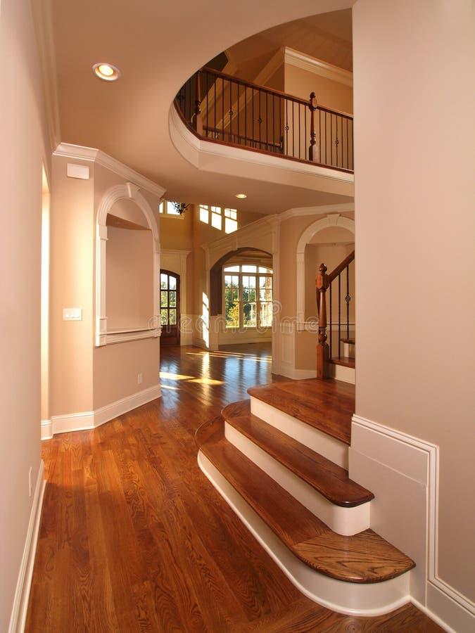Corridoio interno domestico di lusso di modello con le scale immagini stock
