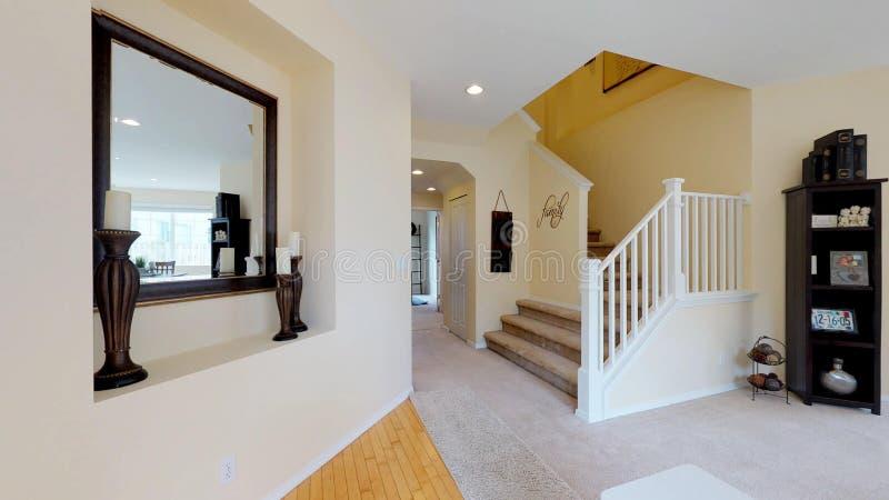 Corridoio leggero e accogliente con le pareti gialle molli immagine stock