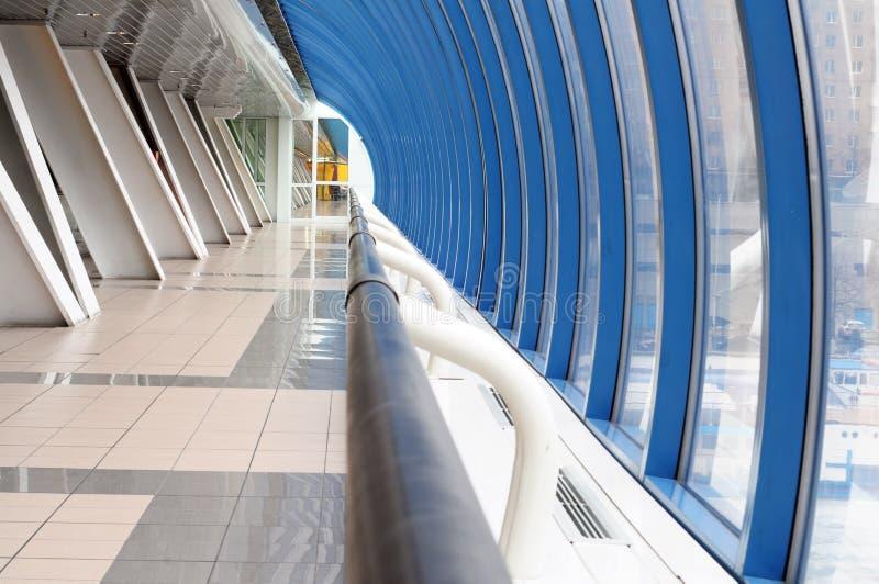 Corridoio lungo in aeroporto fotografie stock
