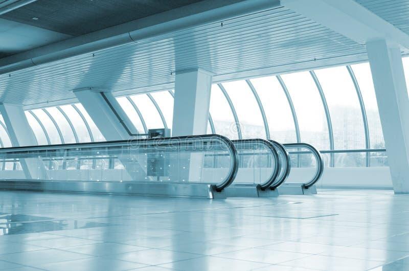 Corridoio lungo con le scale mobili immagine stock libera da diritti